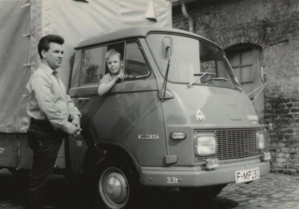 PLUDRA創業者ミヒャエル・プルドラと息子のトーマス、1台目の社用トラックと共に
